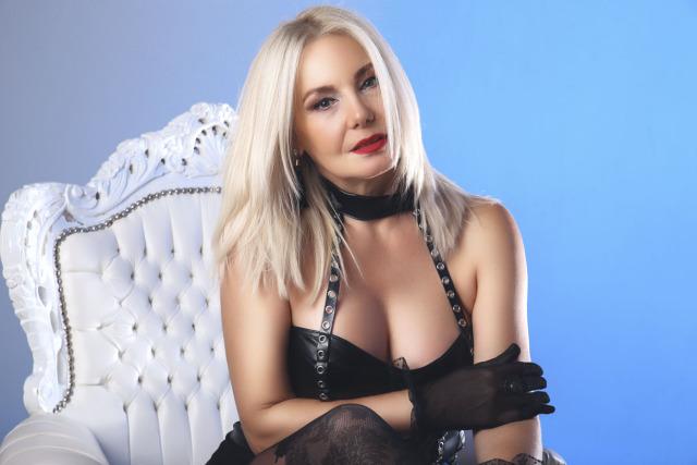 LovelyCriss nude webcam porn on cams.com